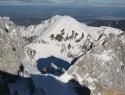 Na vrhu žleba. V ozadju Ovčji vrh in desno zadaj Celovec.