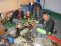 ekipa v kuhinji od desne proti levi; zulfi, husein, askari.