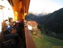 Zvečer po turi na balkonu apartmaja. Diskusija o strmini severne flanke – po več kozarčkih je bila strmina že blizu 65°! :)