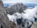 Pogled v špranjo, v ozadju Montaž, 2753 m.