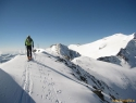 Po vršnem grebenu je šlo do vrha (3107m) v obe smeri s smučmi. Desno Hochalmspitze.
