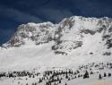 Levo Montaž, desno Špik nad plazom, s svojo dolgo snežno flanko. V spodnjem delu smo smučali naravnost med skalami.