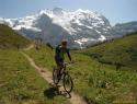 Spust po zgornjem delu smuk proge v Wengnu, v ozadju Jungfrau.