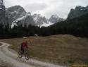 Biciklspust skozi dolino Mrzle vode. Zgoraj desno nad snežiščem – Trbiška škrbinica (2240m).